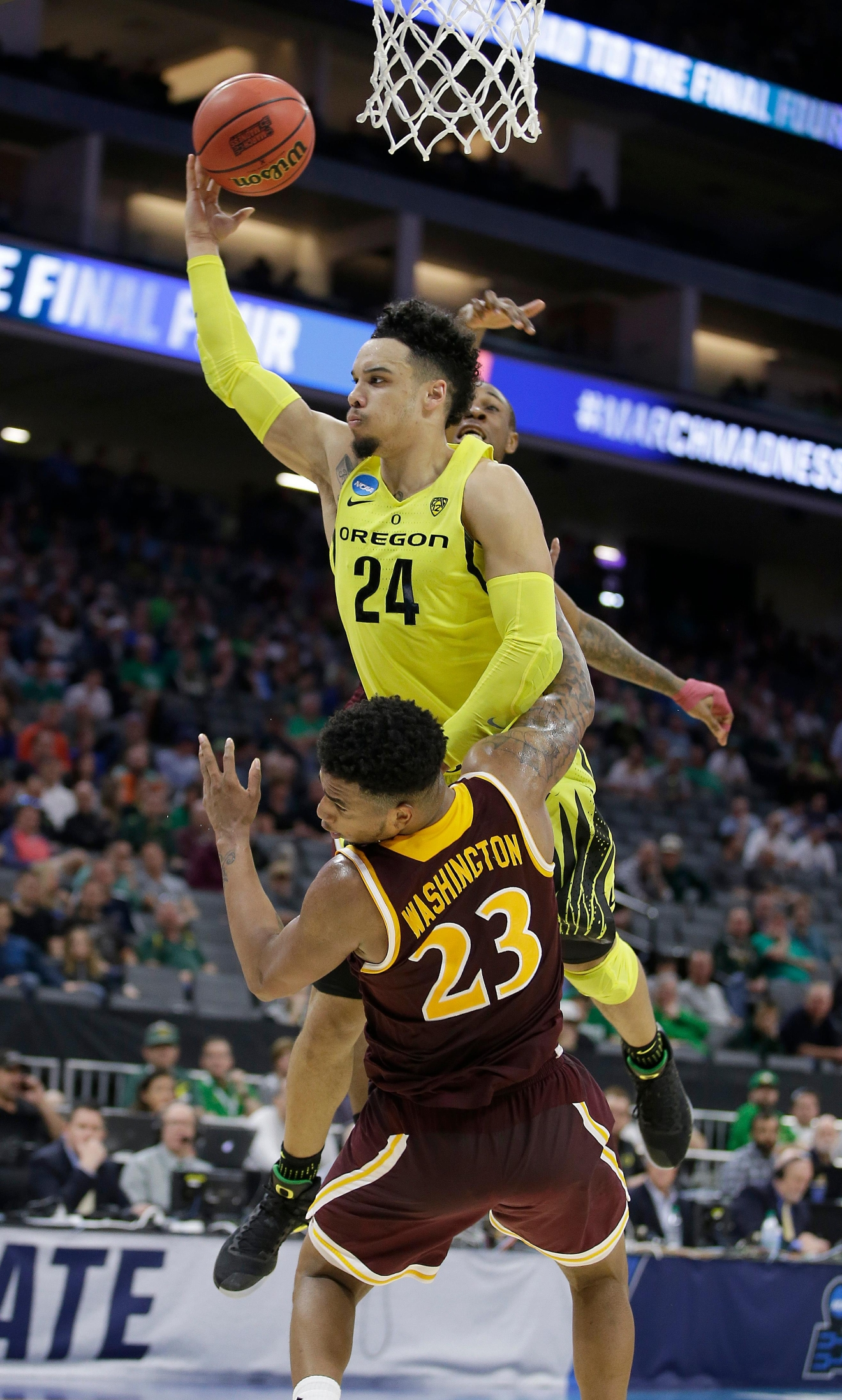 Oregon forward Dillon Brooks, center, crashes into Iona forward Jordan Washington as he goes to the basket during the first half of a first-round game in the men's NCAA college basketball tournament Sacramento, Calif. Friday, March 17, 2017. (AP Photo/Rich Pedroncelli)