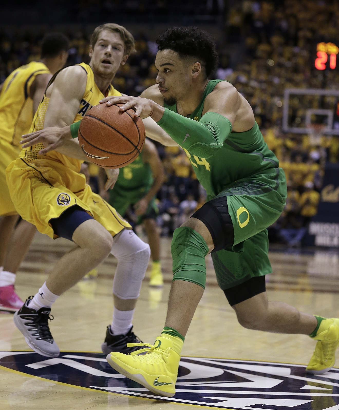 Oregon's Dillon Brooks, right, drives the pall past California's Grant Mullins in the first half of an NCAA college basketball game Wednesday, Feb. 22, 2017, in Berkeley, Calif. (AP Photo/Ben Margot)