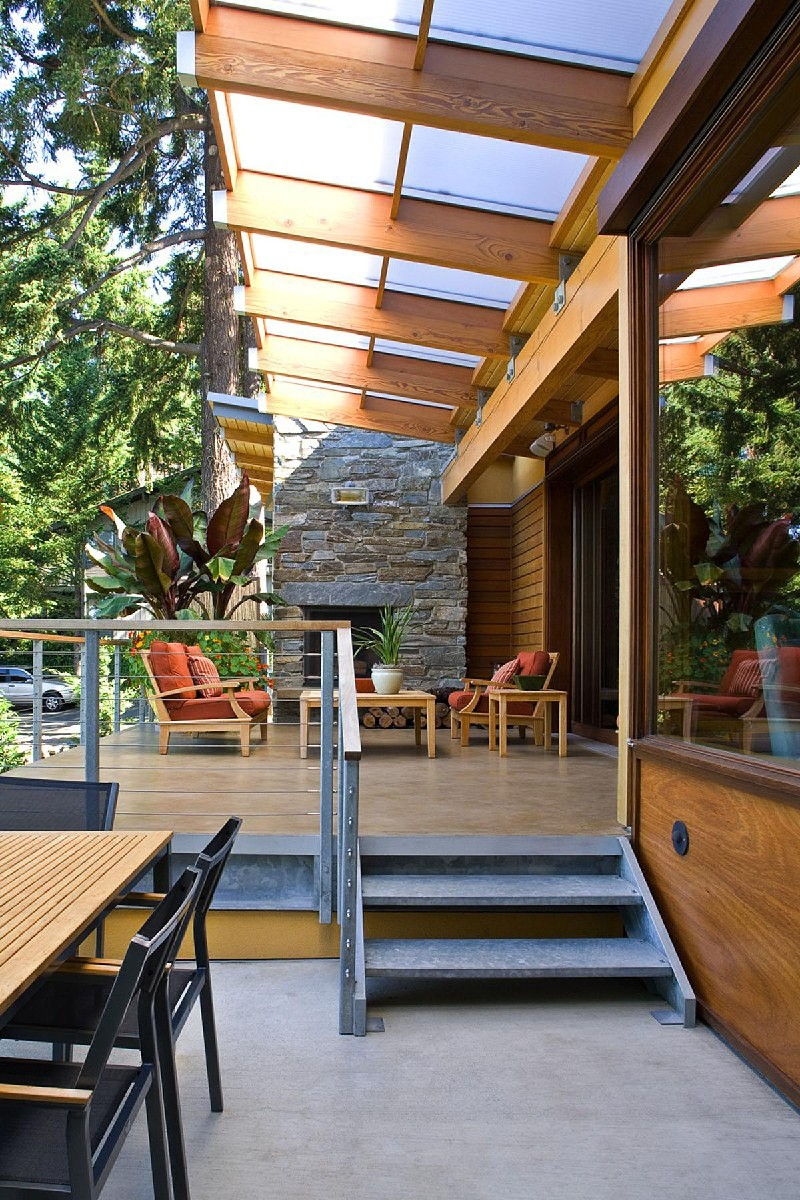 The Lakefront House in Bellevue has a modern and inviting feel. The project was completed by Darwin Webb Landscape Architects, P.S. and the total project cost was $200K.   (Image: Lakefront House / Porch.com)