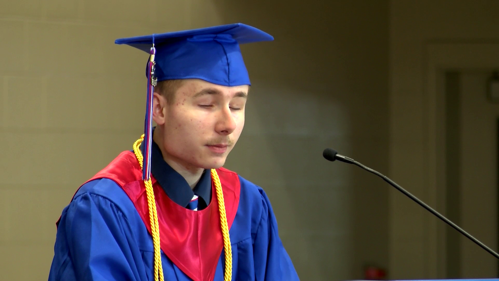Blind student graduates as valedictorian of Ohio high school