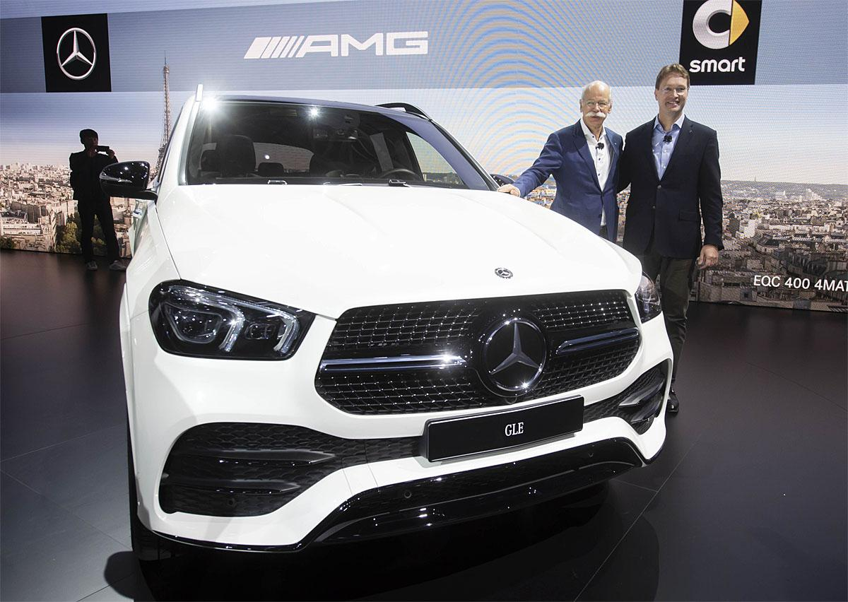 02 October 2018, France, Paris: Dieter Zetsche (l), Chairman of the Board of Management of Daimler AG and Head of Mercedes-Benz Cars, and Ola Källenius, Member of the Board of Management of Daimler AG and Chief Development Officer of Mercedes-Benz Cars, presented the new Mercedes-Benz GLE on the 1st Press Day at the Paris International Motor Show. From 02.10. to 03.10.2018 the press days will take place at the Paris Motor Show. It will then be open to the public from 04.10. to 14. October. Photo: Uli Deck/dpaWhere: Paris, Île-de-France, FranceWhen: 02 Oct 2018Credit: Uli Deck/picture-alliance/Cover Images