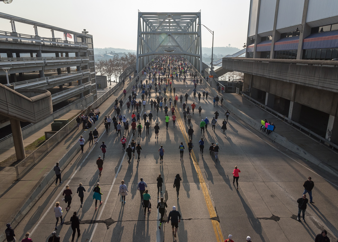 Marathoners run south to Newport across the Taylor-Southgate Bridge / Image: Phil Armstrong, Cincinnati Refined // Published: 11.23.18