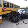 Fuerte accidente vehicular involucrando un bus escolar en Port Saint Lucie.