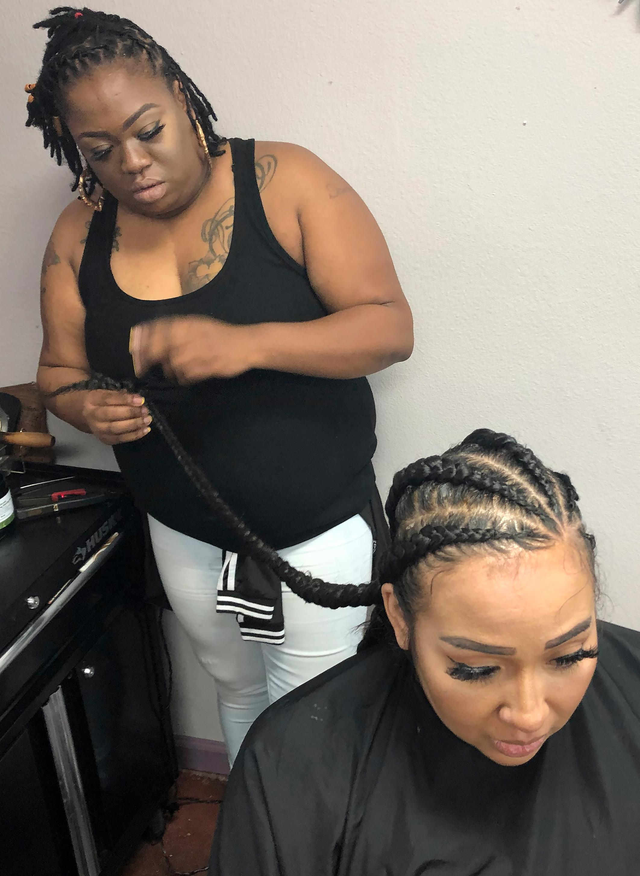 Elicia Drayton, left, braids the hair of Shereen Africa at Exquisite U hair salon in Sacramento, Calif., Wednesday, July 3, 2019. California is the first state to ban job and school discrimination against people for wearing natural hair styles such as braids. Gov. Gavin Newsom, a Democrat, signed the legislation Wednesday. (AP photo/Kathleen Ronayne)