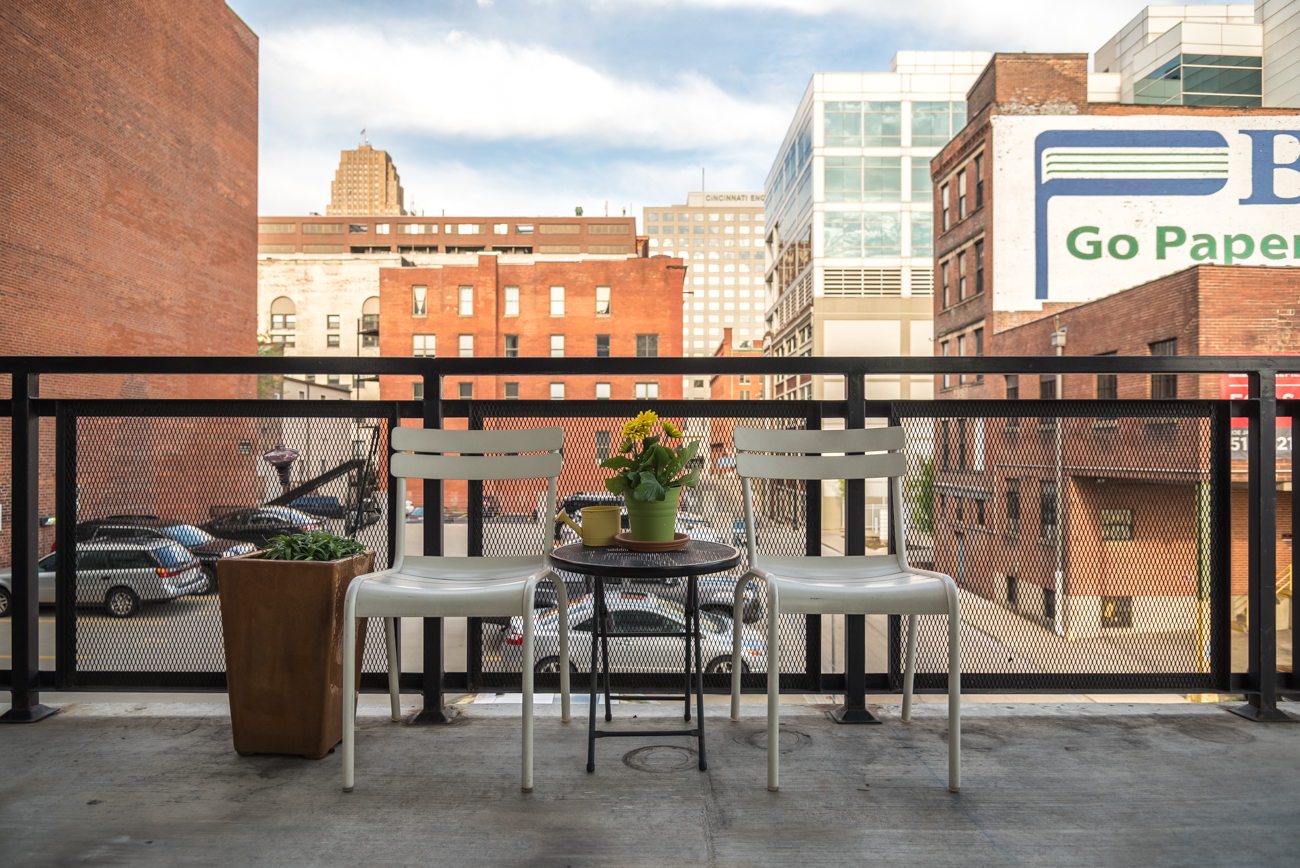 Well-known Cincinnati power couple, Erin Marie and Bob Schwartz, have lived in the Parker Flats building Downtown since 2009. Their centrally-located urban dwelling is the perfect mix of contemporary design and modern art. It features 2 bedrooms (one is a loft), 2 bathrooms, and a wrap-around balcony. / Image: Phil Armstrong, Cincinnati Refined // Published: 4.16.17
