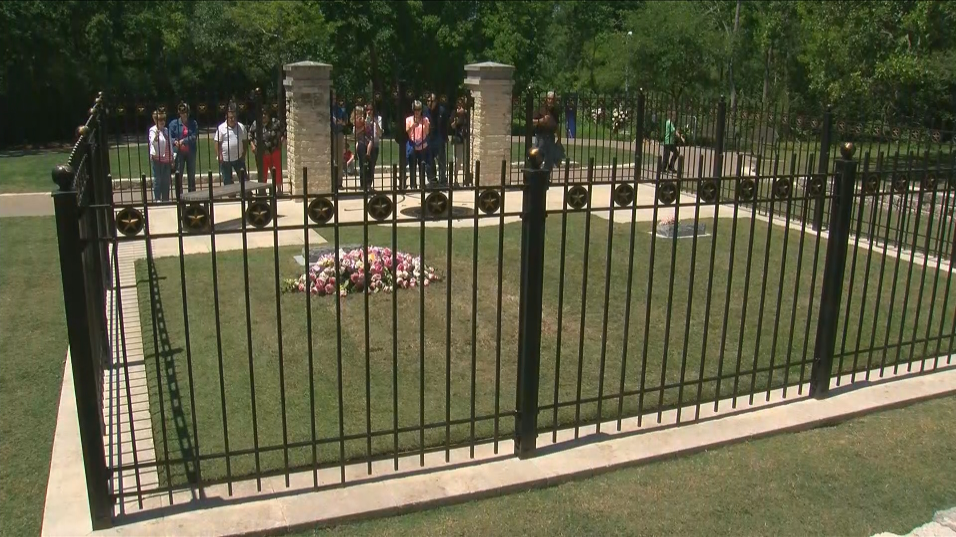 The gravesite of former First Lady Barbara Bush opened to the public for the first time on Monday. Mrs. Bush is buried on the grounds of the George H. W. Bush Presidential Library and Museum in College Station. It's a chance for those who admired the First Lady to say thank you and goodbye. (CBS Austin)