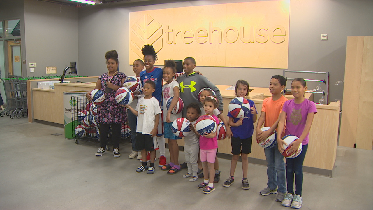 Harlem Globetrotter shows Seattle foster kids basketball moves (KOMO photo)